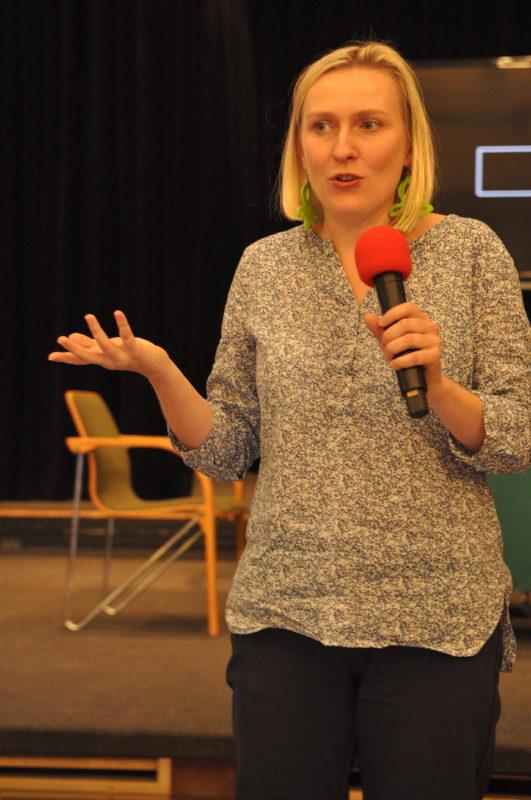 """Katarzyna Błaszczyk podczas wykładu """"Jak budować sceny w radiu"""""""